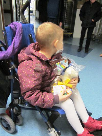 Paasschenking van beertje met fleece deken aan de kinderkankerafdeling UZ Leuven 1
